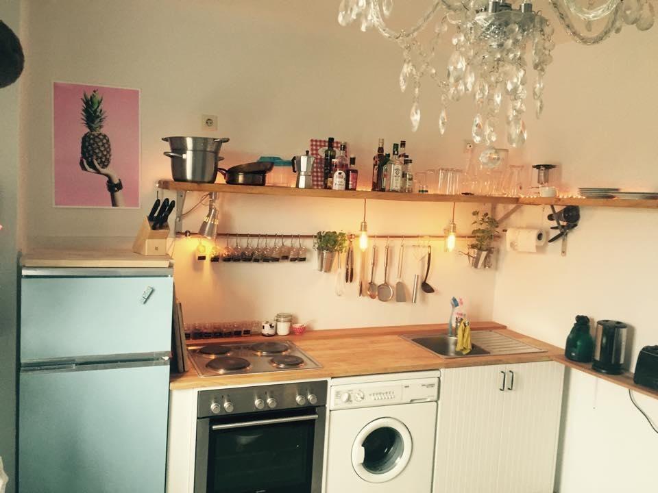 Süße Küchenzeile in schöner Altbauwohnung. Ein echter Hingucker: der Retro-Kühlschrank in Baby-Blau. #küche #inspiration #ideen #einrichtung #wohnen #meinzuhause #gestaltung #interior #kücheideeneinrichtung