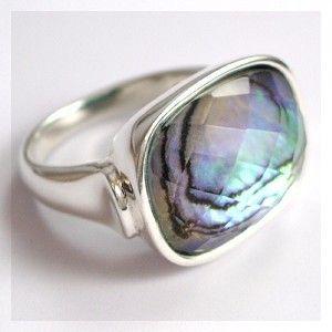マザー・オブ・パール(真珠貝・シェル)とクォーツの指輪です。シェルは角度により表情を変えます。チェッカーカットのクォーツで覆うことにより、やさしいながらも硬質...|ハンドメイド、手作り、手仕事品の通販・販売・購入ならCreema。