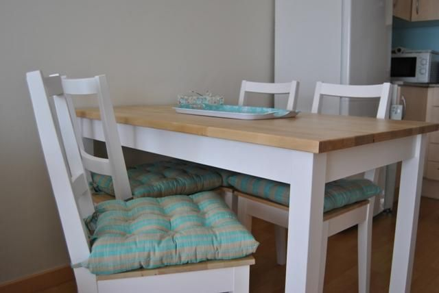 La mesa de patas blancas y sobre de madera de Romina | Mesas ...