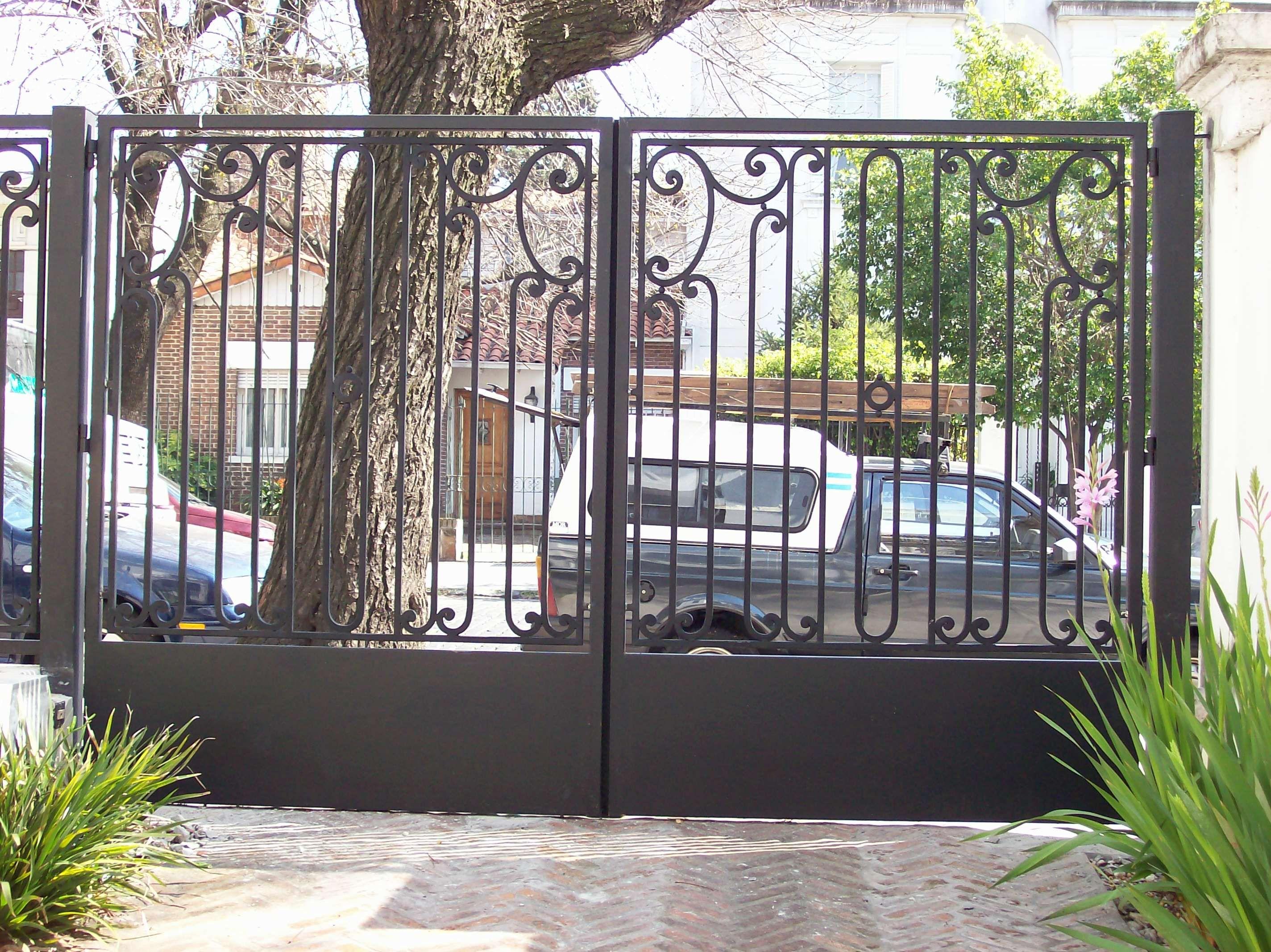 Rejas forjadas en portón de garage Del Hierro Design   interesante ...