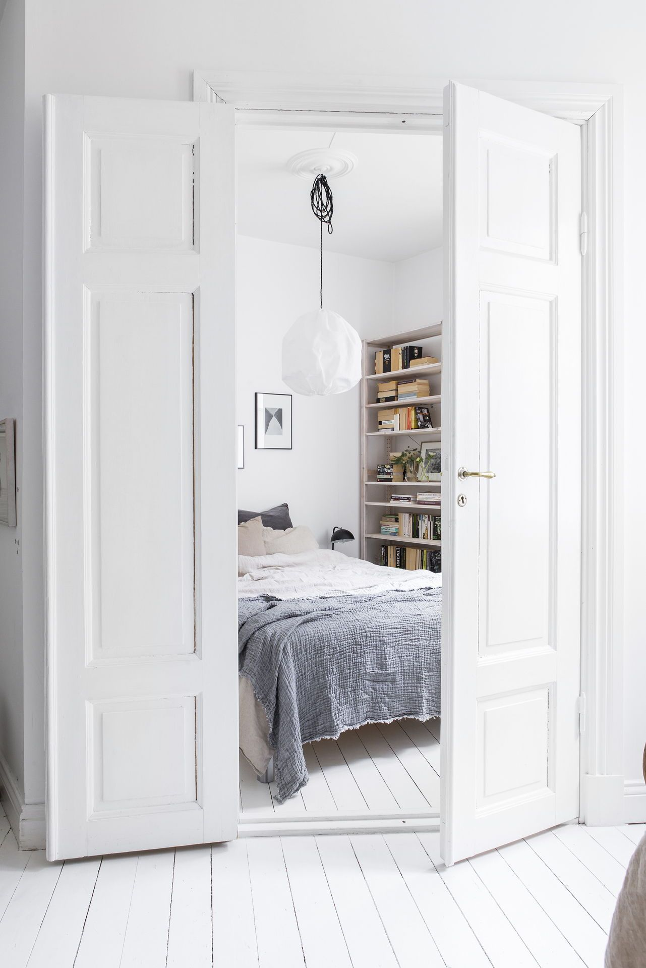 Bright White Bedroom: Bright White Home Decorated With Natural Tints
