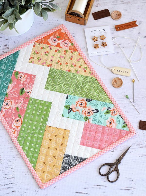 Little Bolt Mini Quilt Pattern | This pretty spring mini quilt is a great way to kick off the season!