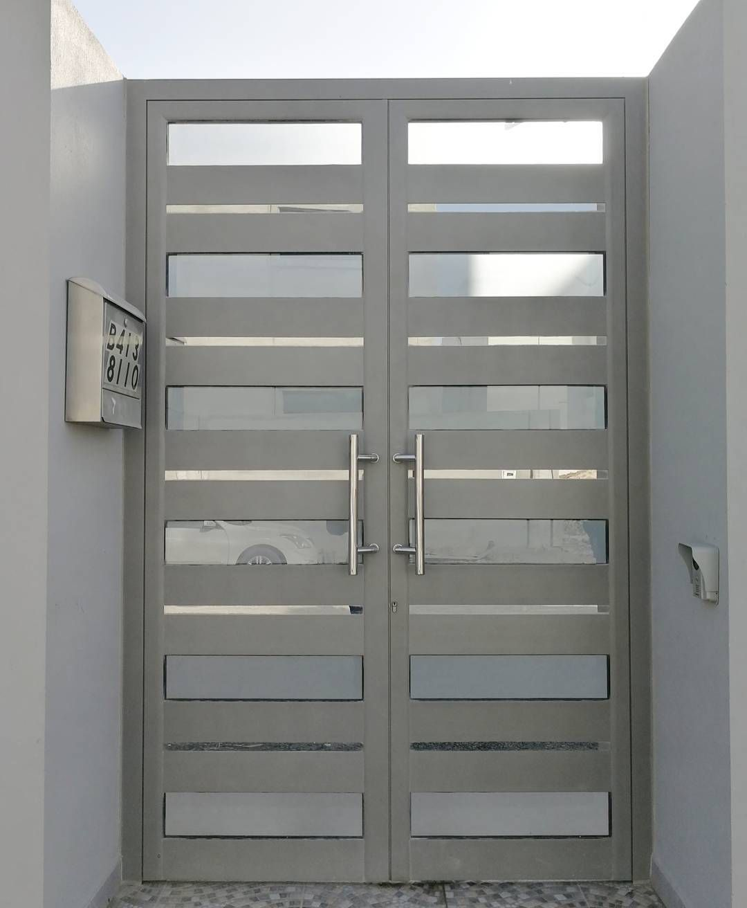 Main Door باب رئيسي مصنوع من الألمنيوم مع ستانلس ستيل من صناعتنا أحد زيائننا في الشاخورة مصنع الساري لتصميم المنتوجات الخ Locker Storage Storage Home Decor