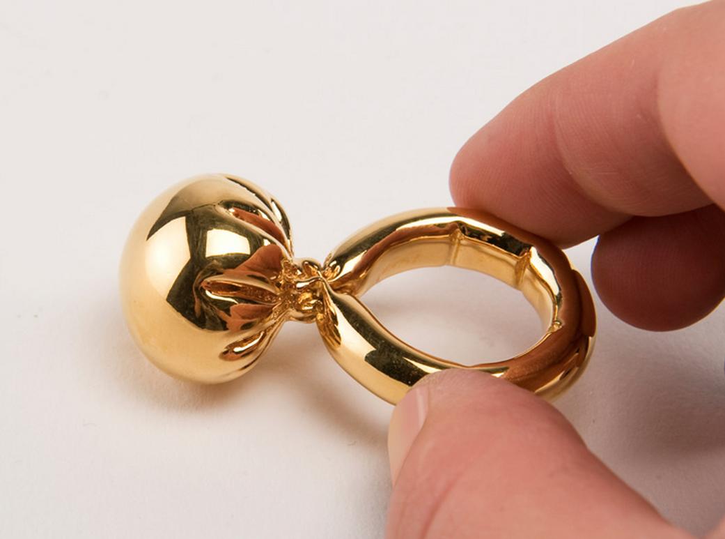 Erik Stehmann Studio El anillo globo fue creado como parte de una investigación de la manera de perpetuar la tensión temporal y la plasticidad de los globos. El botón y el anillo son ambos de globos, y luego moldea, a emitir en bronce. Se acabó con oro de 24 quilates