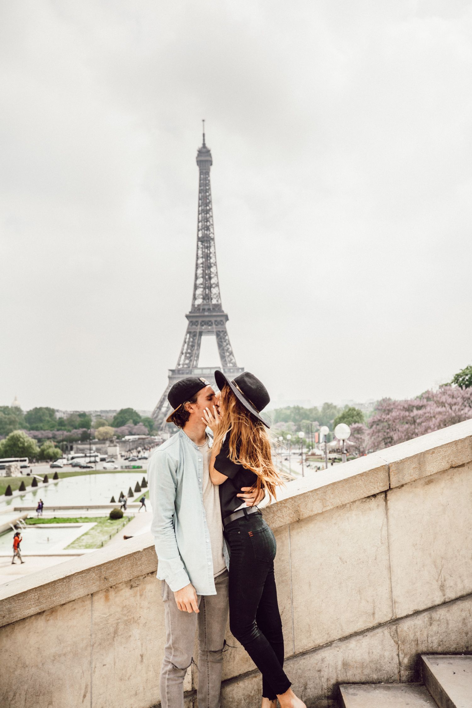 pictures couple in paris