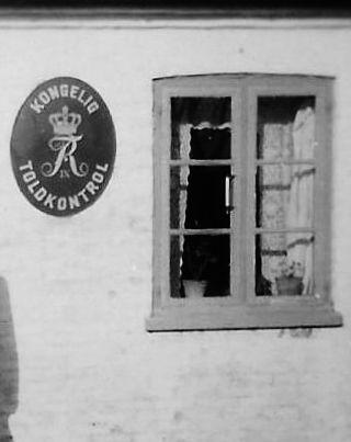 Bogø Toldkontrol. 1950. Østerskovvej 29. En toldkontrol var placeret på steder, hvor der var trafik, men hvor der ikke var toldkamre. Toldkontrollerne foretog grænsekontrol af rejsende, trafikmidler og varer. Fra Mia Gerdrups arkiv.