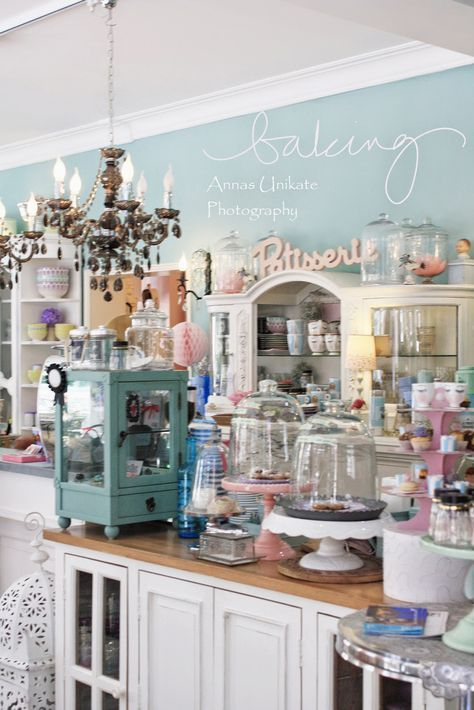 Vintage Bäckerei-Elemente wie die Kuchenhauben und die kleine - küchen mit bar