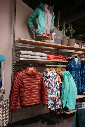 #Visualmerchandising #VM #presentatie #productpresentatie #merkbeleving #brandpresentation  #styling #display  #window #fashion #etalage #etaleur #vouwen  #vouwtechnieken #kleding #Patagonia #tablepresentation #folding #presentation #presentatie #tafelpresentatie #Bever #Gelderlandplein