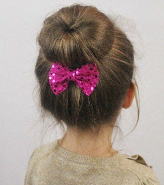 joli chignon paré d\u0027un noeud, coiffure petite fille simple et sympa
