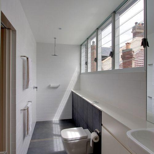 Modernes Badezimmer mit flächenbündigen Schrankfronten, weißen - modernes badezimmer design
