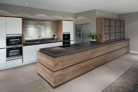 Een moderne keuken komt tot leven door de combinatie van strak witte