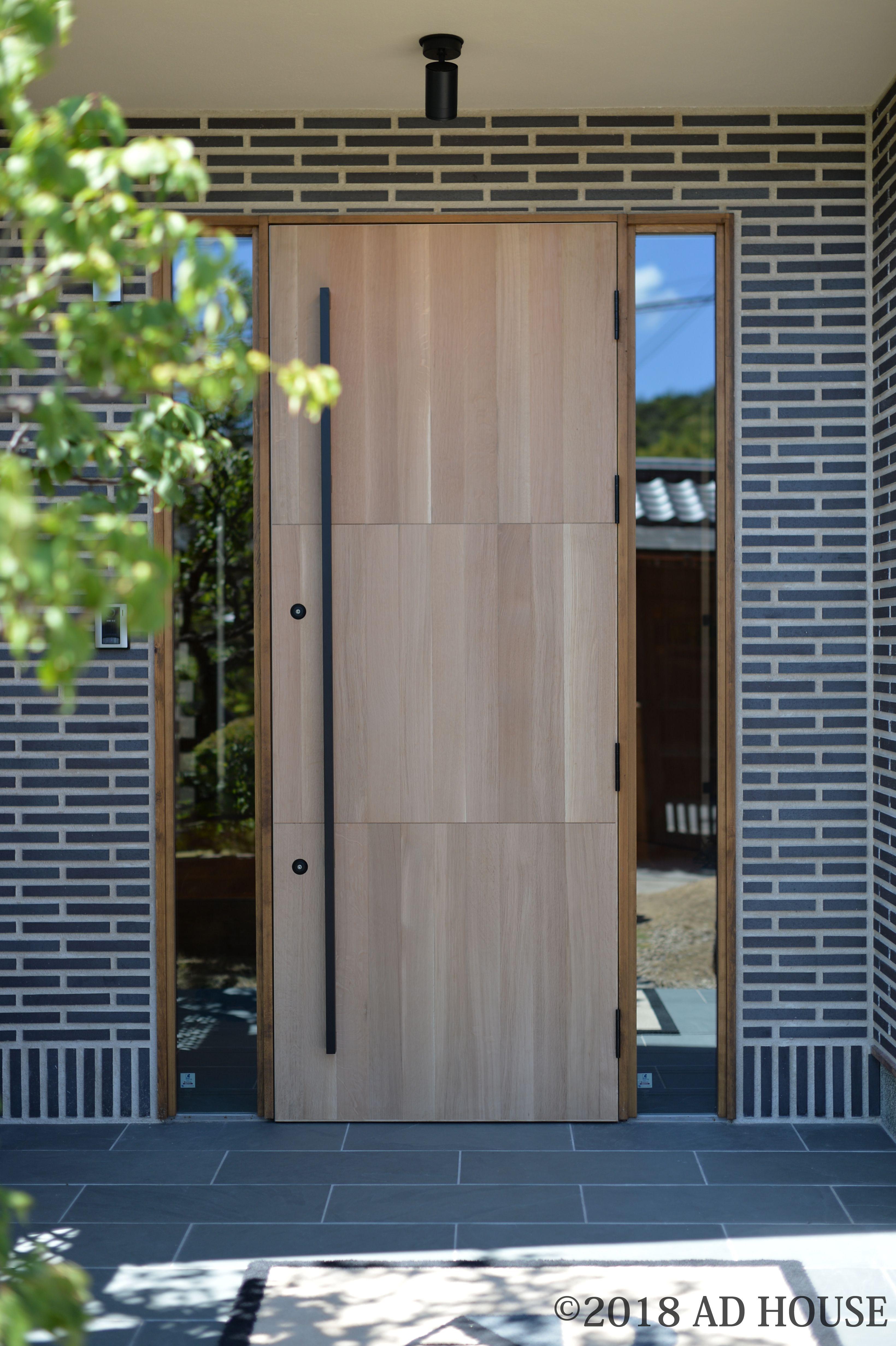 玄関扉も新しく オーク材の断熱玄関扉で 両側のはめ殺しの窓から光