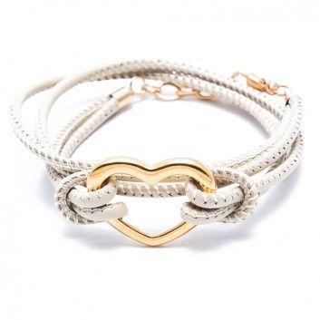 """Das Charity-Wickelarmband """"Heart"""" in elegantem Beige mit dem hinreißenden Herz aus goldplattiertem Edelstahl."""