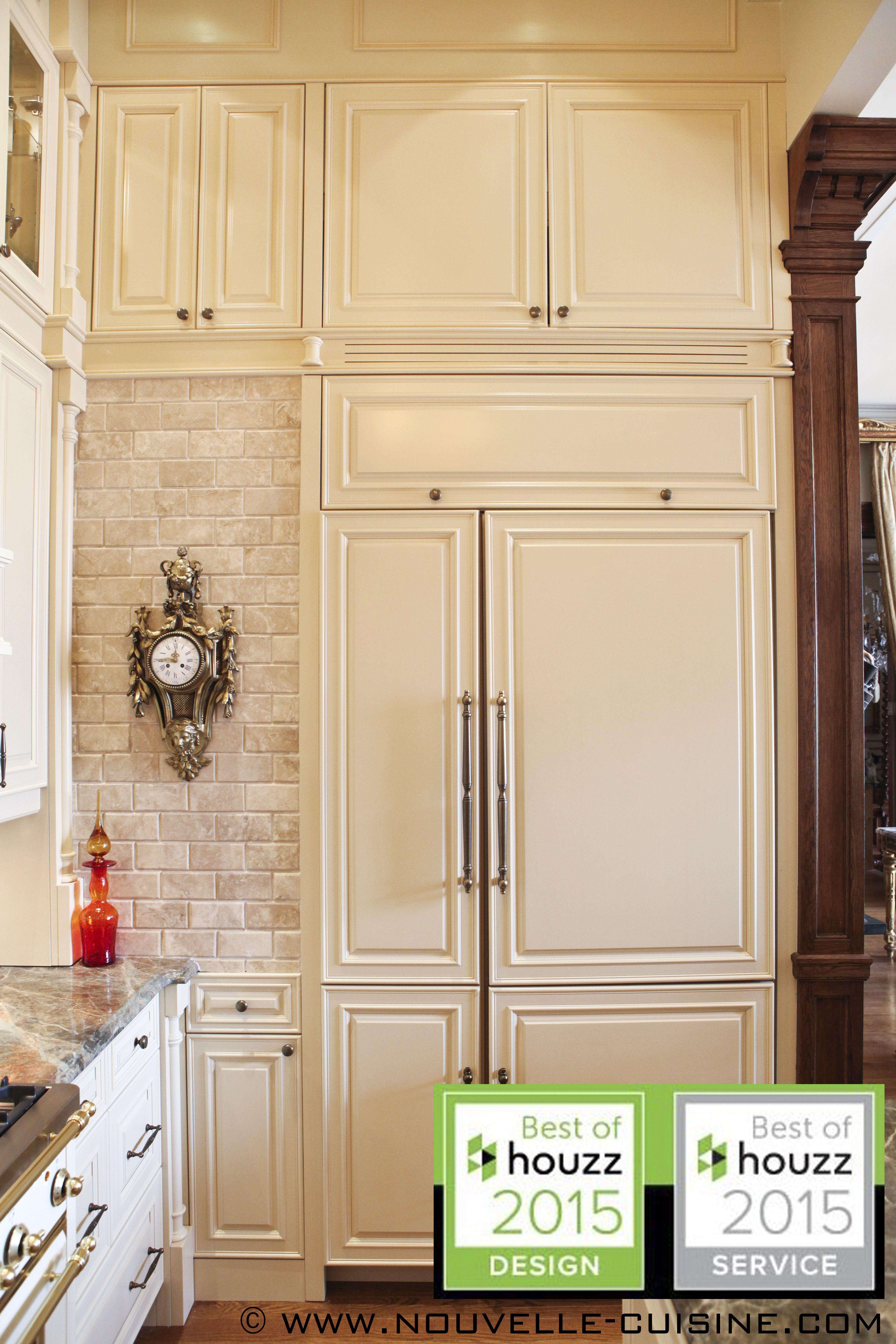 A Kitchen All About Height With Lacquered Cabinets And Granite Countertops Une Cuisine Toute En Hauteur Aux Armoires En Laqu Kitchen Kitchen Cabinets Decor