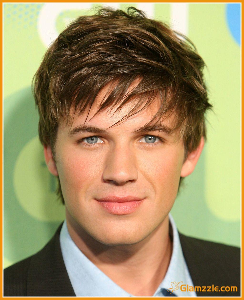 Medium short haircut men el messy hairstyle se caracteriza por líneas disparejas y con un