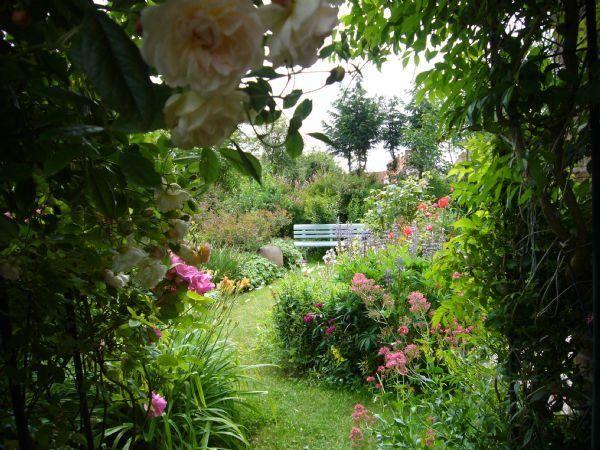Rosiers dans un jardin romantique jardin pinterest - Petit jardin romantique tours ...