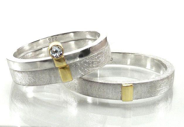 Es werden hier **drei Ringe** angeboten. Ein Trauringpaar mit einem feinen Vorsteckring in einem sehr eleganten Design. Die Oberlächen der Ehe-Silberringe haben eine eismatte Struktur erhalten und...