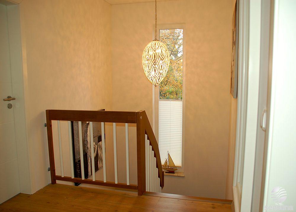 plissees auch f r schmale und hohe fenster hier im treppenhaus vom raumtextilienshop t r. Black Bedroom Furniture Sets. Home Design Ideas