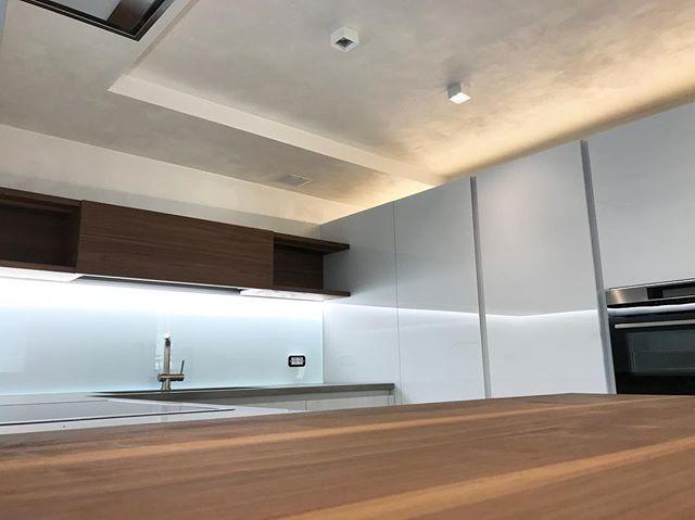 Cucina: piano snack in noce canaletto #atelier_di_architettura ...