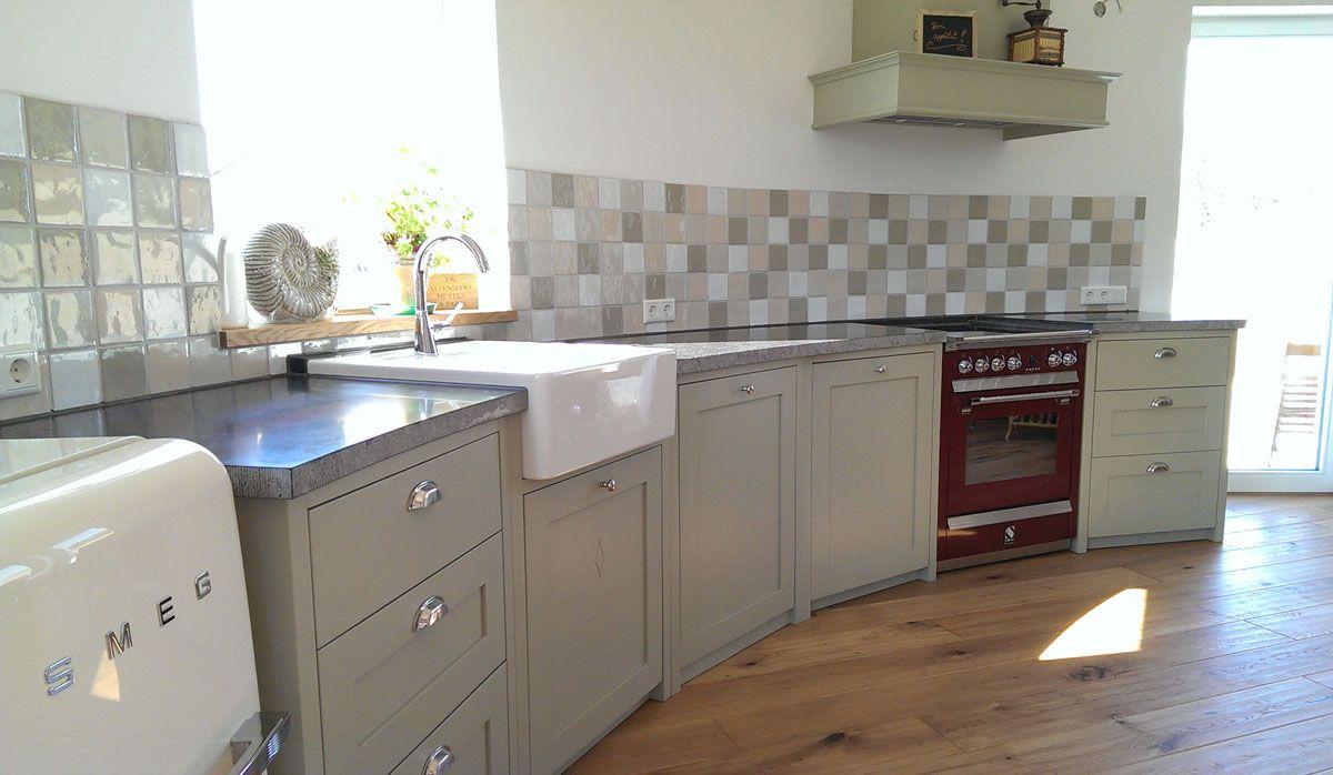 Runde Küche im Shaker Vollholz Stil. Die Arbeitsplatte ist aus ...