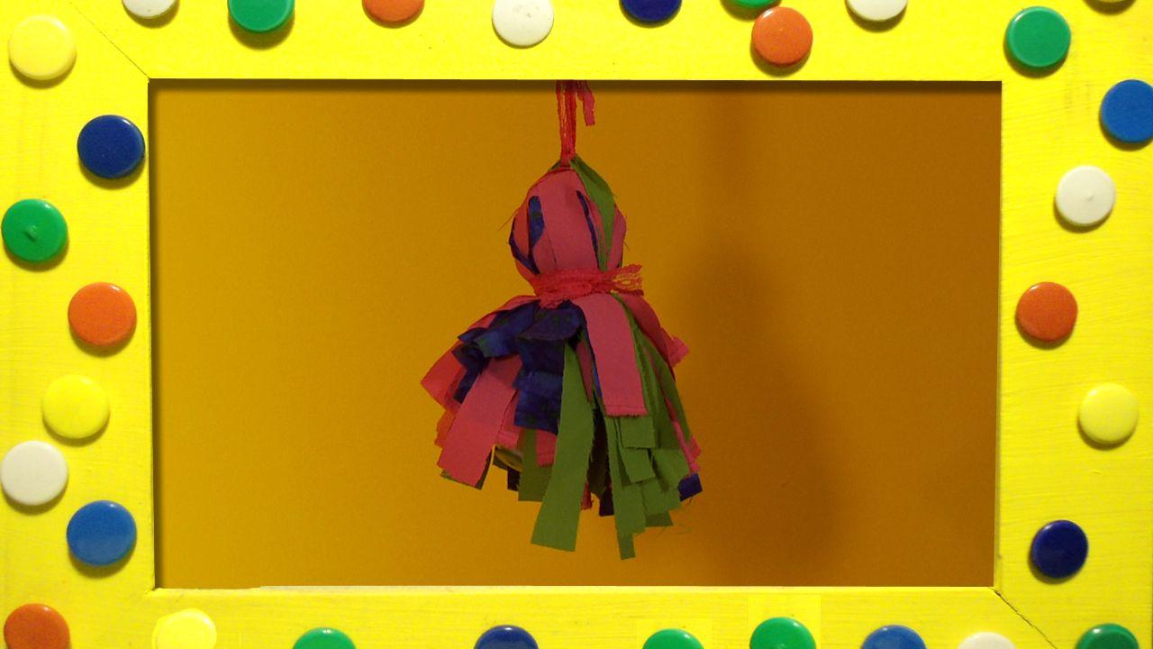 Bij een mooi versierde rijstpapieren lamp blijft het niet. Mascha hangt er ter decoratie een mooie pompoen van stof aan.
