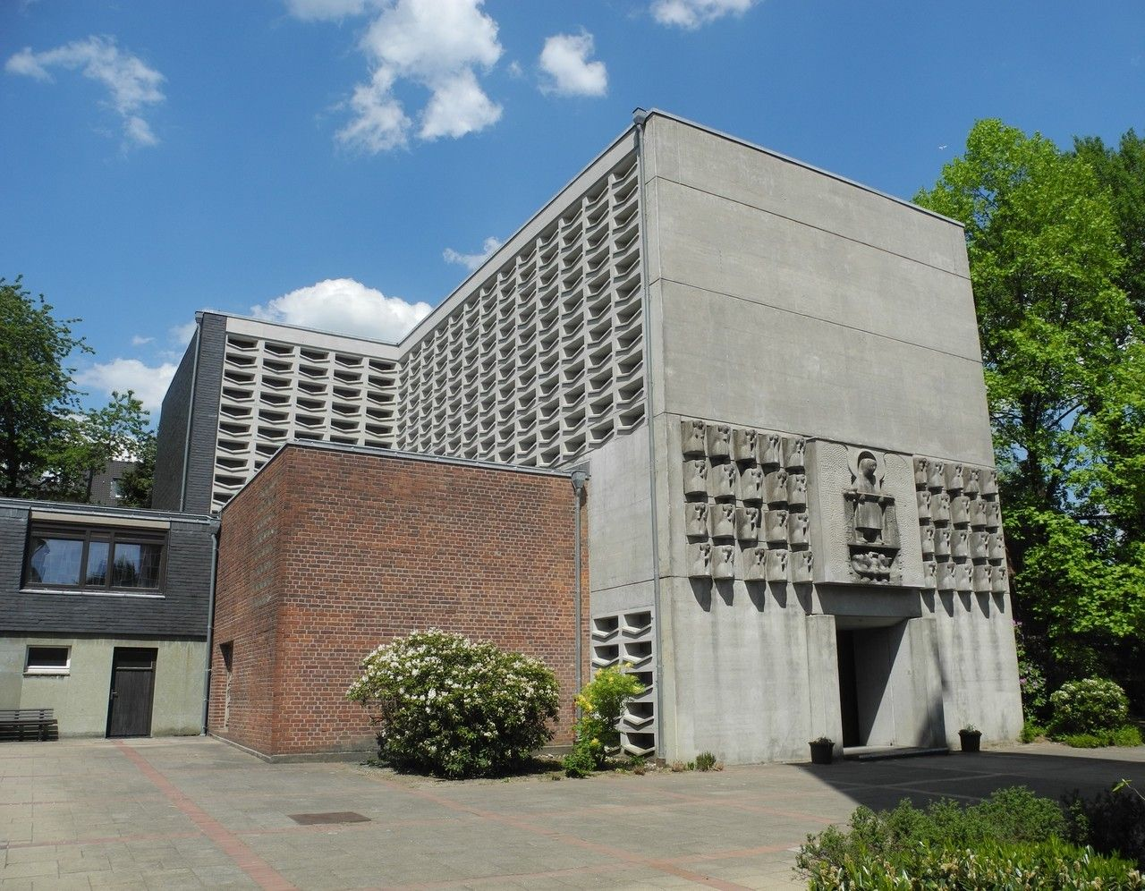 Church St Michael 1958 60 In Wuppertal Germany By Klaus Gobel Concrete Sculpture By Rudolf Pee In 2020 Wuppertal Concrete Sculpture St Michael