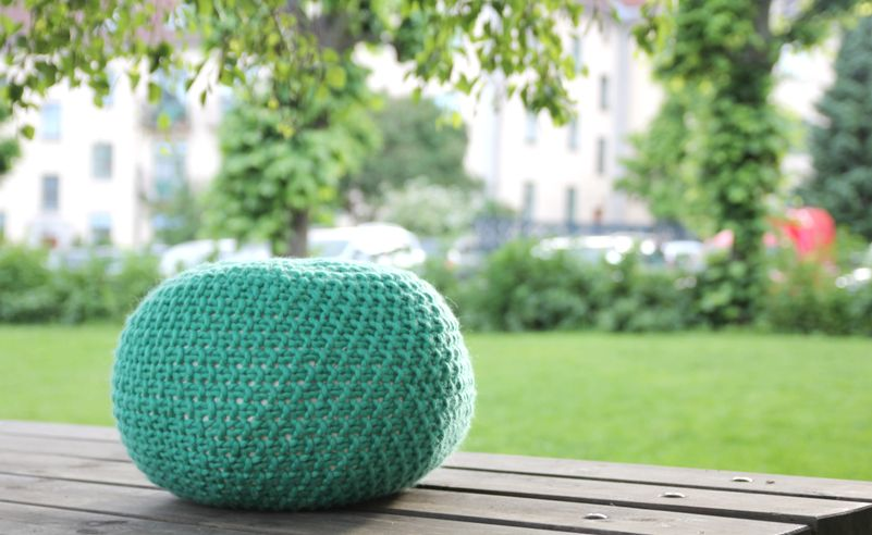 Puff Daddy´s Baby-knitted Stool - free knitting pattern - Pickles.