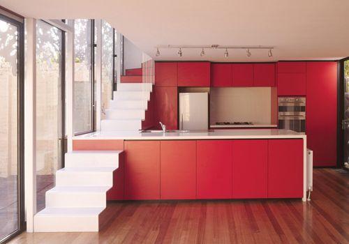 L Escalier Qui S Adosse Au Plan De Travail De La Cuisine Plan Maison Contemporaine Escalier Design Amenagement Escalier