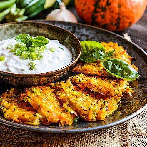 Low Carb Kürbis-Zucchini-Pancakes mit Kräuterquark - herzhaftes Pfannkuchen-Rezept #spitzkohlrezeptehackfleisch