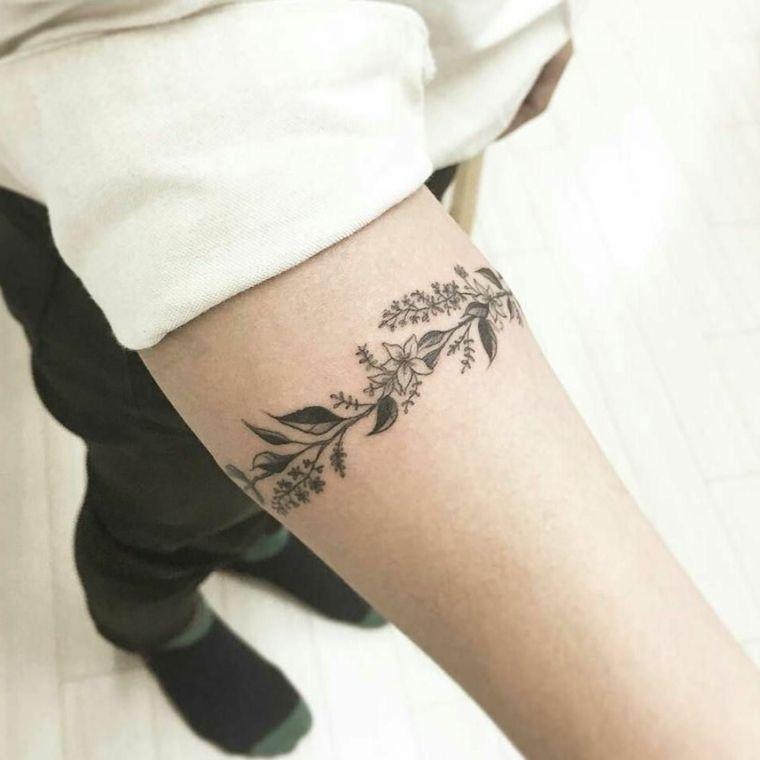 delicati fiori e foglie a bracciale sul braccio di una ragazza, idea per  piccoli tattoo feminili   Tatuaggi, Tatuaggi piccoli, Idee per tatuaggi