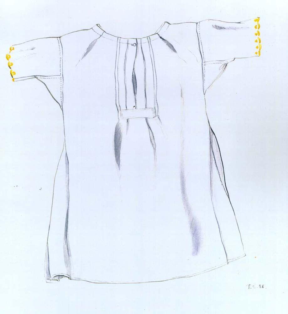 Ženská košeľa, Lazisko, druhá štvrtina 20. storočia. Košeľa je ušitá z kupovaného bavlneného plátna, má rovný strih s klinovitým rozšírením spodného okraja a krátke rukávy prišité kolmo. Siaha pod kolená. Začiatkom 20. storočia takéto košele postupne nahradili košeľu s rukávmi prišitými bokom.