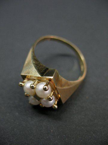 Ring i 14 karat guld med fire meget flotte ferskvand perler. Fremstillet af guldsmed Th. Skat-Rørdam, Kbh i tresserne. Størrelse 55,5. Vare nr. 115187.