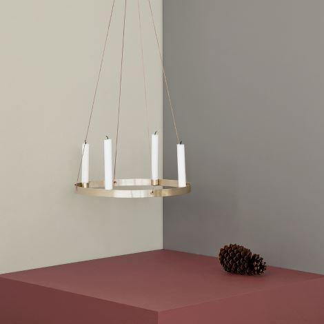 Ferm Living cirkel lysestage med plads til fire lys. Lysestagen er lavet af massiv messing og kan både stå på bordet eller hænge i de medfølgende lædersnore. Mål: Ø: 38 cm Varenummer: FL010