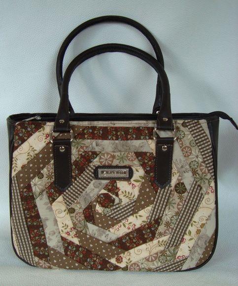 Bolsa em tamanho médio, confeccionada com frente e costas em patchwork e couro ecológico marrom. Possui um lindo forro em floral com um bolso interno. Comprimento da alça 53 cm. Medidas da bolsa: 33 x 26 x 10 cm. R$ 170,00