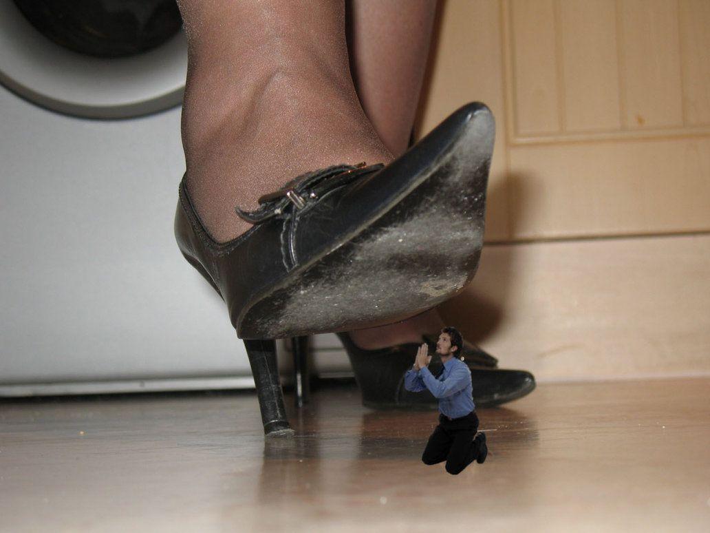 человек как девки топтали ногами в сапогах и в туфлях парней вошли дом