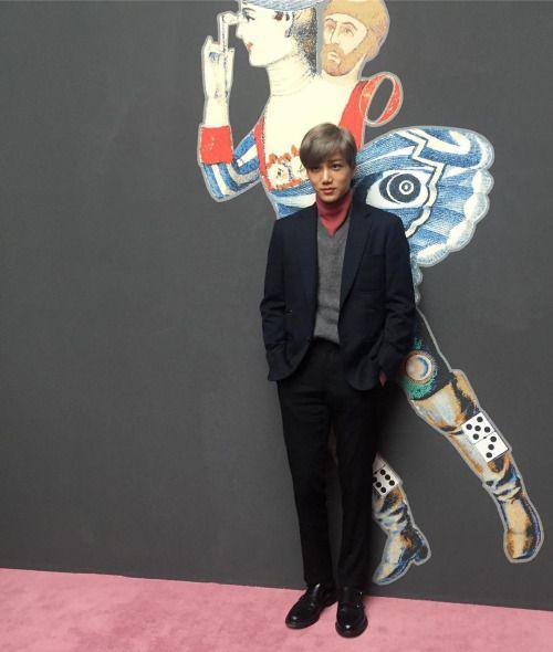 "Kai - 161118 Harper's Bazaar Instagram update: ""디 뮤지엄에서 진행되고 있는 #에르메스 전시에서 만난 #엑소 #카이 """