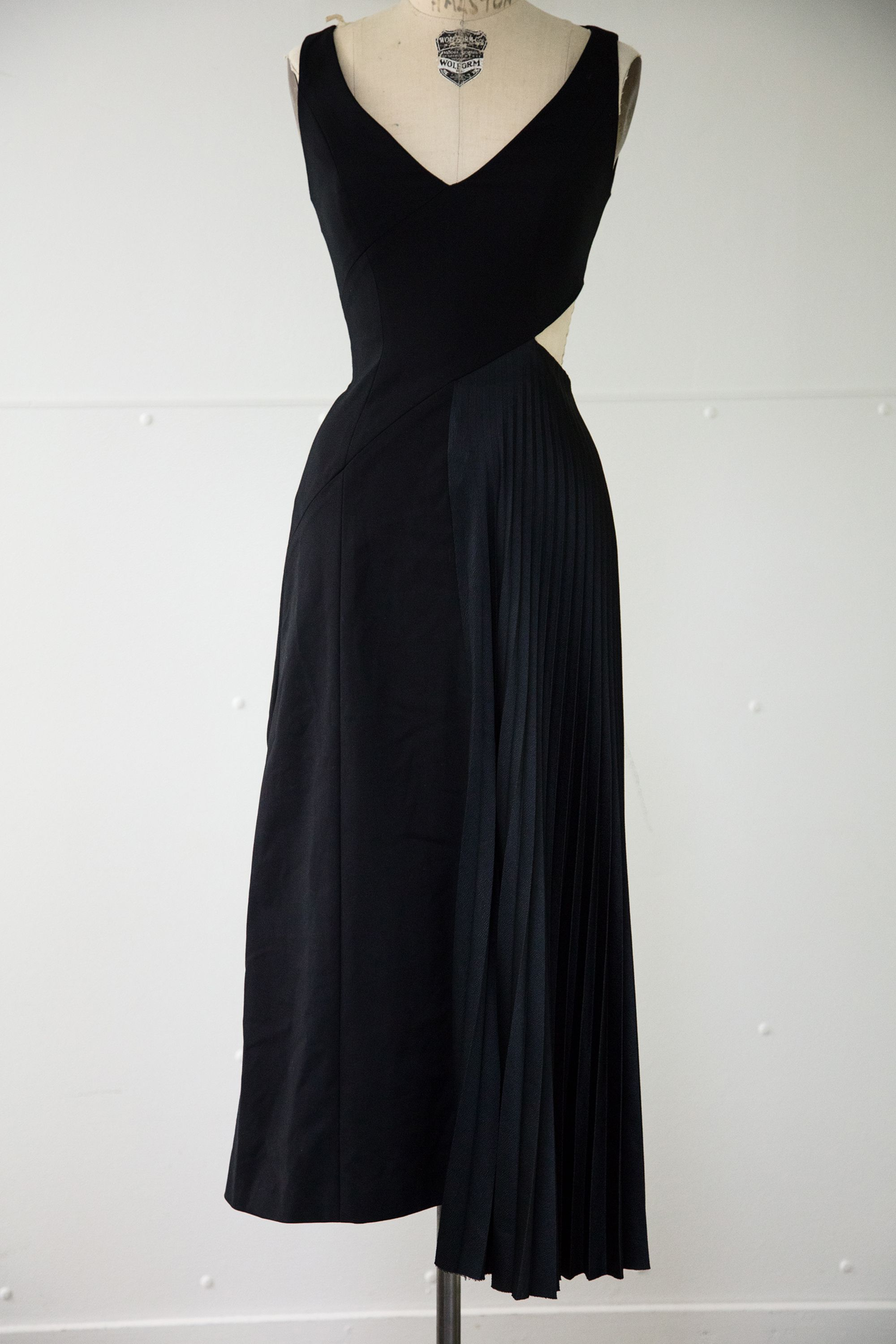 Kempner long black sleeveless dress with side pleating w