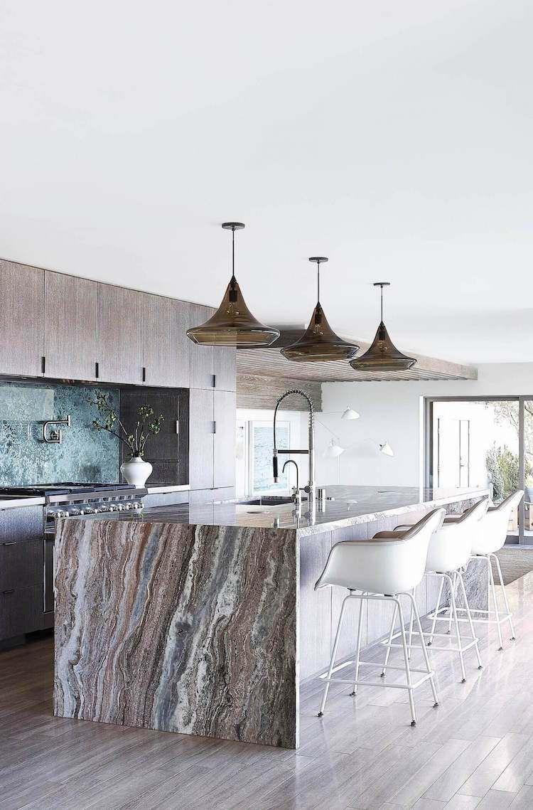modernes Interior mit Boden in Holzoptik und Kücheninsel aus Marmor ...