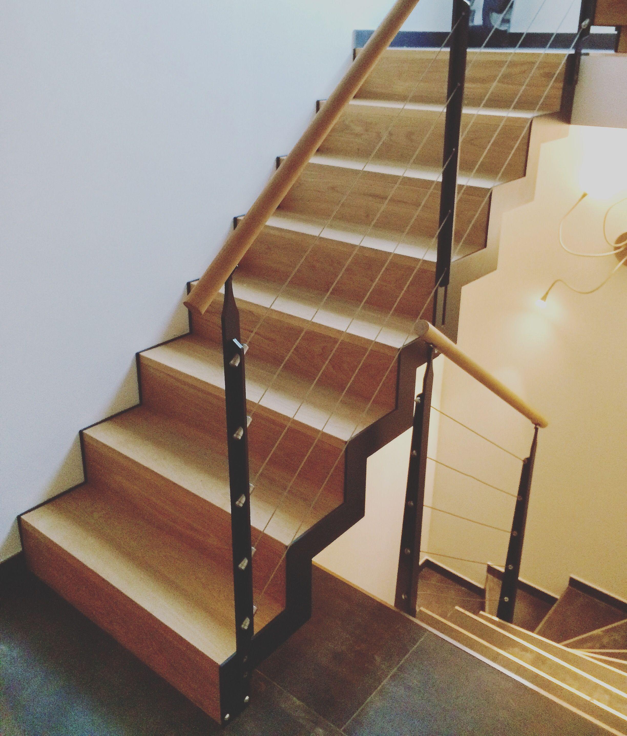 Escalier int rieur droit m tallique cet escalier limons cr maill re d coup s est compos de - Escalier bois interieur ...