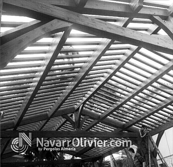 Montaje de p rgola estilo r stico tradicional preparada - Carpinteria madera malaga ...