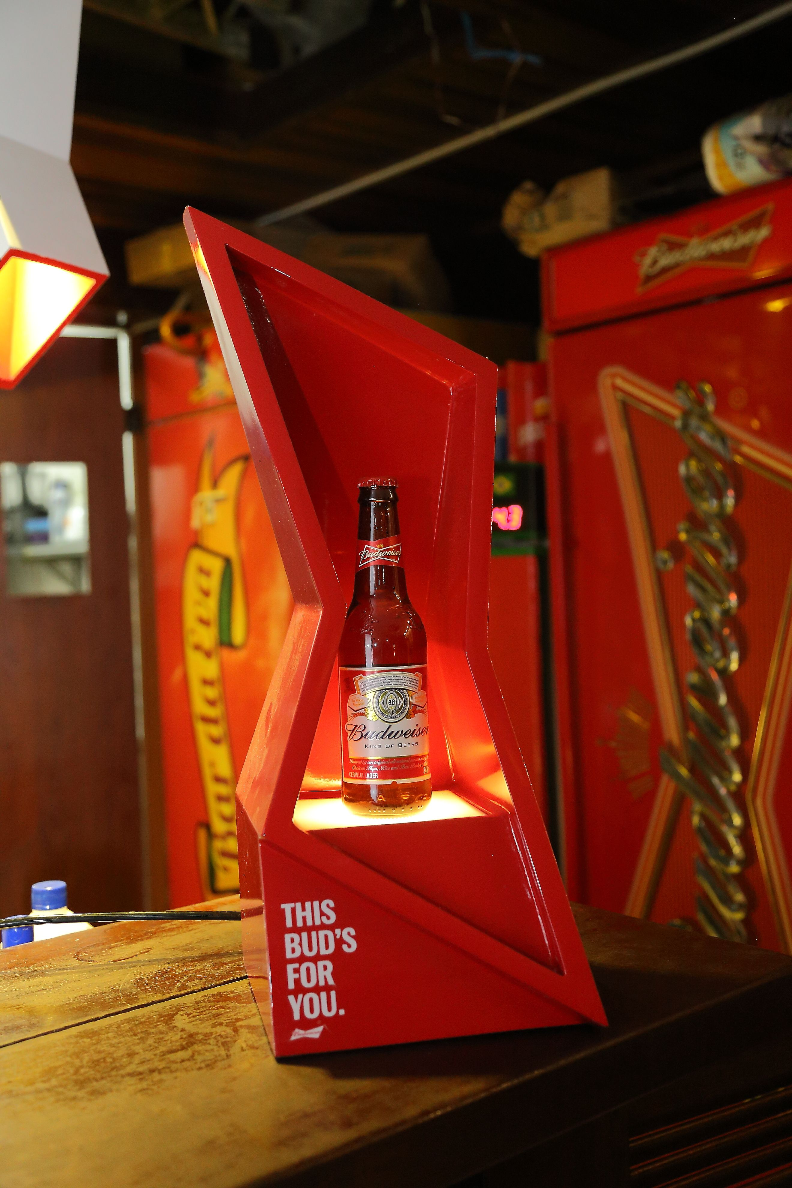 O Bar Da Eva Localizado No Rio De Janeiro Recebeu Pecas Do Tailor Made Da Budweiser Desenvolvido Pela Agencia Ioio Dish Soap Bottle Budweiser Whiskey Bottle