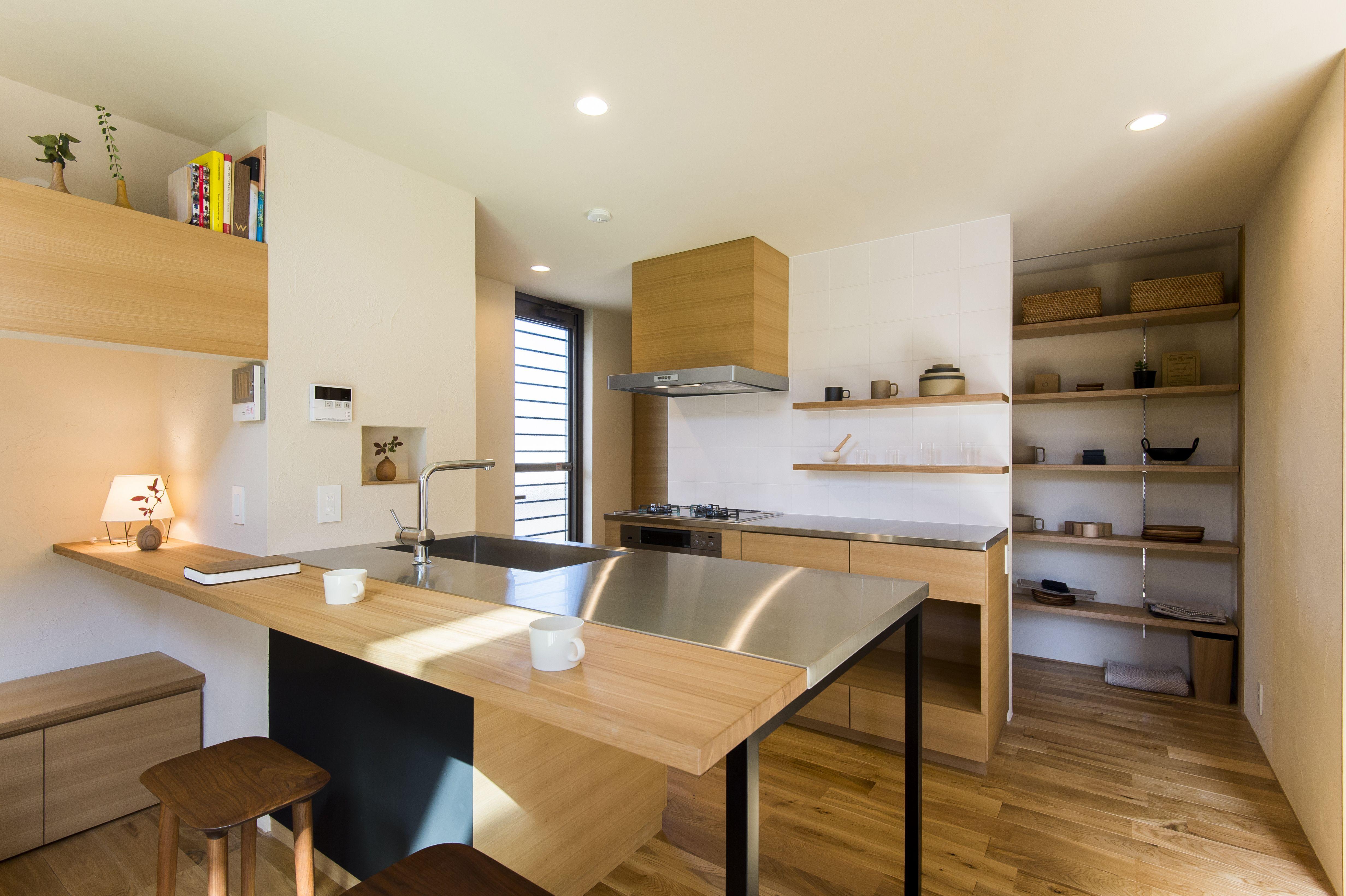 キッチン裏は壁一面がパントリー カウンター下は黒板壁 キッチン