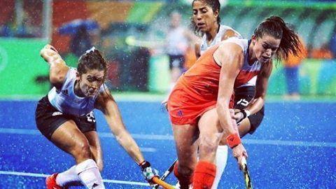 #Rio2016 #Hockey | Las Leonas cayeron 3-2 ante Holanda y no pudieron acceder a las semifinales. Tras ir perdiendo 3-0 Habif y Merino descontaron para el equipo argentino pero no alcanzó. Desde 1998 el seleccionado femenino de hockey no había bajado del 4to puesto en torneos oficiales y en #JugosOlímpicos había logrado medallas de forma consecutiva en las últimas cuatro ediciones: Sidney 2000 (plata) Athenas 2004 (bronce) Beijin 2008 (bronce) y Londres 2012 (plata).