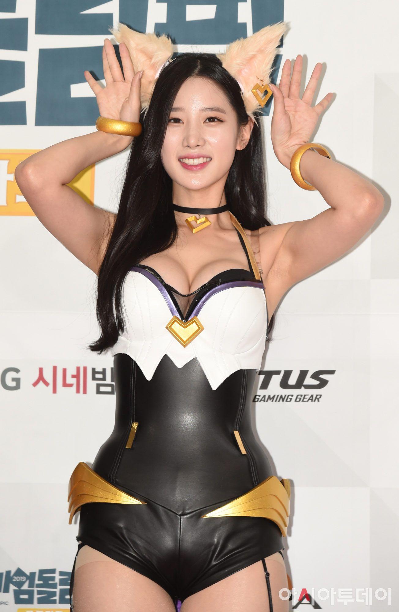 Berry Good Johyun League Of Legends Ahri Cosplay Photos Hd Hr In 2021 Cosplay Kpop Girls League Of Legends