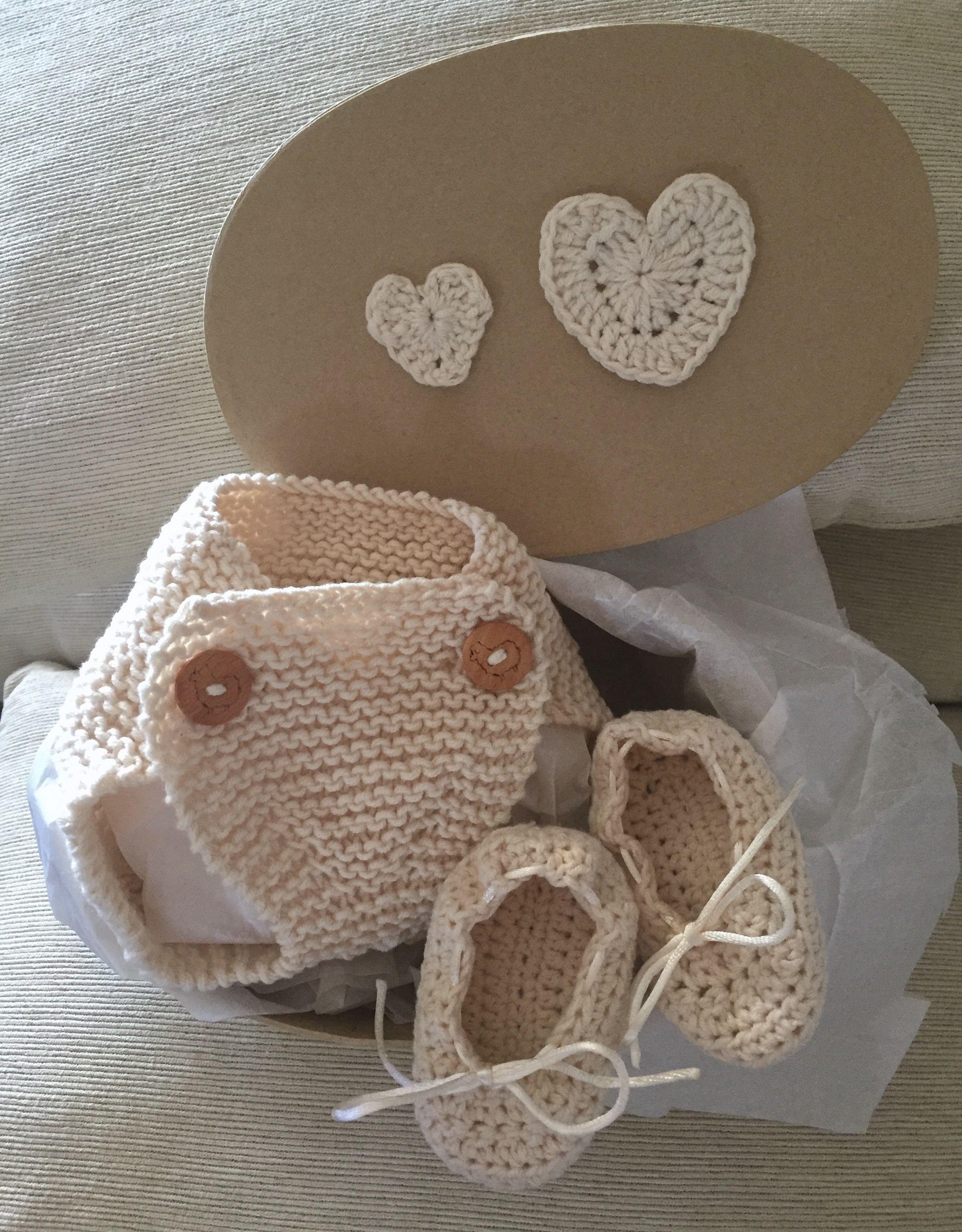 """""""Jimena's Knits"""" Conjunto de cubrepañal y patucos tejidos a mano de algodón en color natural ."""