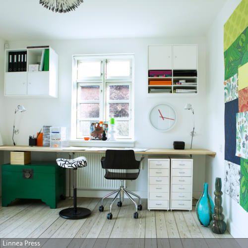 Eine Lange Arbeitsplatte Dient Als Cooler Schreibtisch Mit Viel Platz Für  Bücher, Stifte Und Laptop. Die Bunte Collage An Der Wand Unterstreicht Denu2026