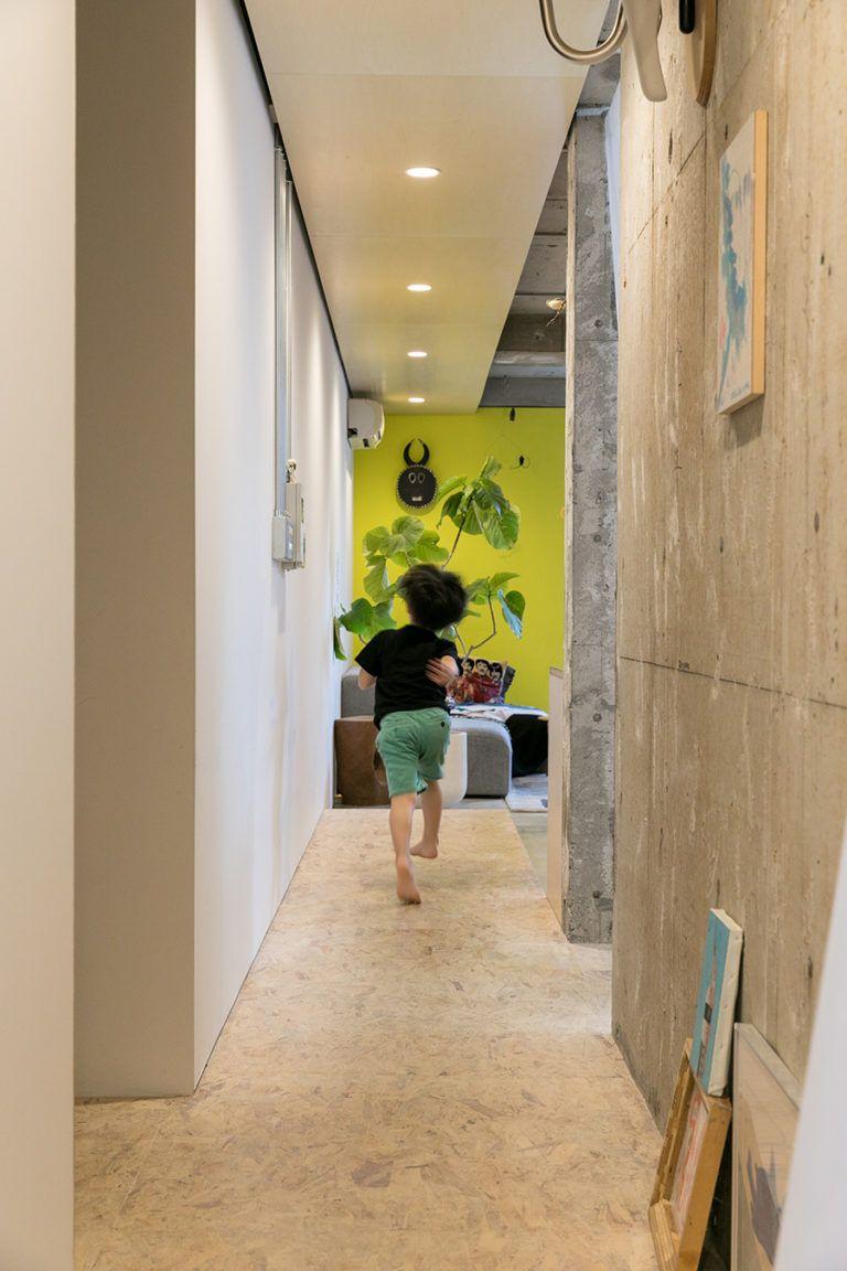 仕事場からリビングへ Osb合板がリビングの中央まで延長することで