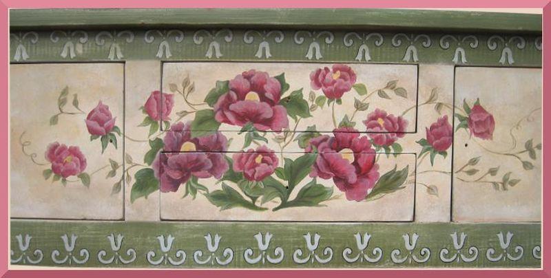 Fleurs Mauves peintes sur la commode de Lorraine, detail.