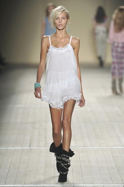 Isabel Marant At Paris Fashion Week Spring 2009 In 2020 Stylish Clothes For Women Fashion Paris Fashion Week