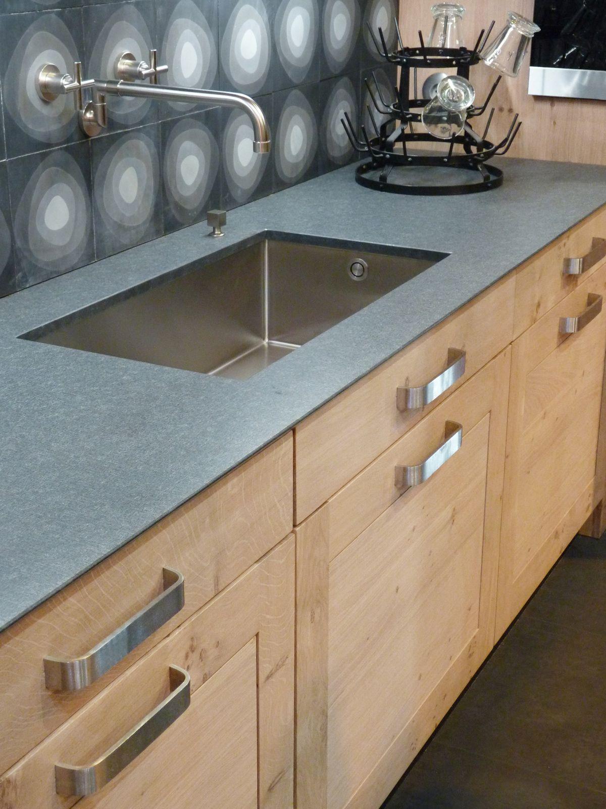 Atelier culinaire cuisine ch ne massif clair cr dence carreaux de ciment plan de travail - Idee de credence cuisine ...